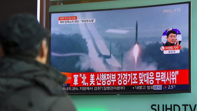 Archivbilder eines Raketentests auf einem Bildschirm in Seoul (Bild: AFP)