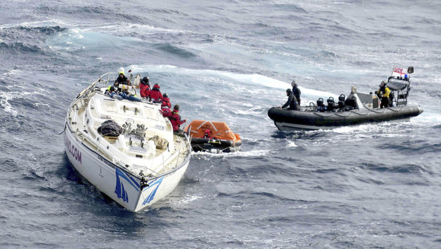 Britisches Kriegsschiff rettet 14 Menschen (Bild: AP)