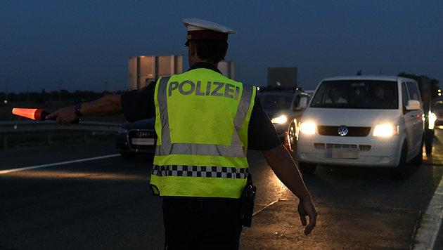 Flüchtlinge in Klein-Lkw beinahe erstickt (Bild: APA/HERBERT P. OCZERET (Symbolbild))