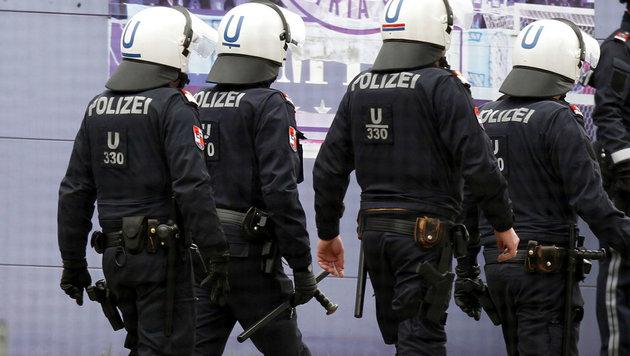 Polizei stellt Golfschläger und Handfackeln sicher (Bild: GEPA)