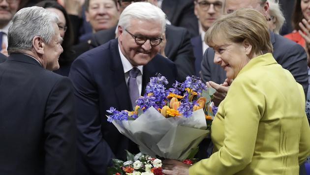 Steinmeier (Mitte) wurde auch von Kanzlerin Merkel unterstützt. (Bild: The Associated Press)