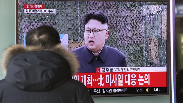 Nordkoreas Machthaber Kim Jong Un lässt erneut Raketen testen. (Bild: AP)