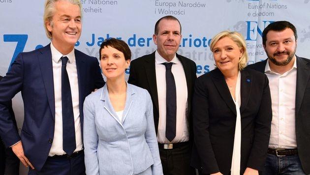 Rechtspolitiker unter sich: Wilders, Frauke Petry, Harald Vilimsky, Marine Le Pen und Matteo Salvini (Bild: AFP)