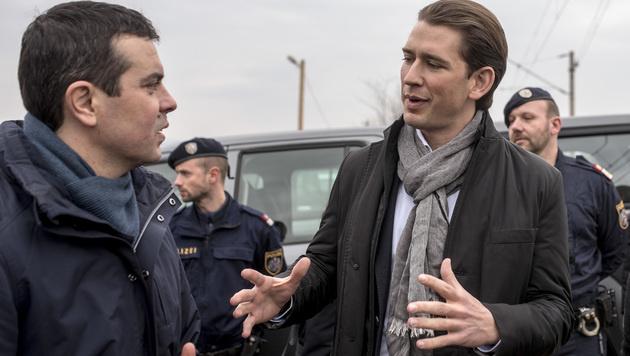Sebastian Kurz mit seinem mazedonischen Amtskollegen Nikola Poposki (Bild: AFP)