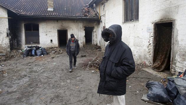 Migranten, die in einer ehemaligen Ziegelfabrik eine Unterkunft gefunden haben (Bild: ASSOCIATED PRESS)