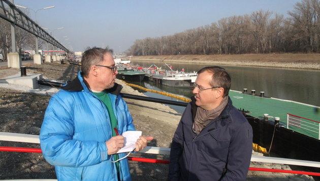 Martin Prieler (re.) von der Erdöl-Lagergesellschaft mit Umweltreporter Mark Perry (Bild: Andi Schiel)