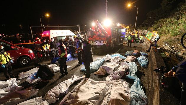 Mehr als 30 Tote bei Busunfall in Taipeh (Bild: Associated Press)