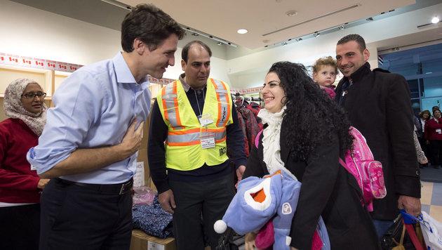 Kanadas Premier Trudeau bei der Begrüßung syrischer Flüchtlinge am Flughafen von Toronto (Bild: ASSOCIATED PRESS)