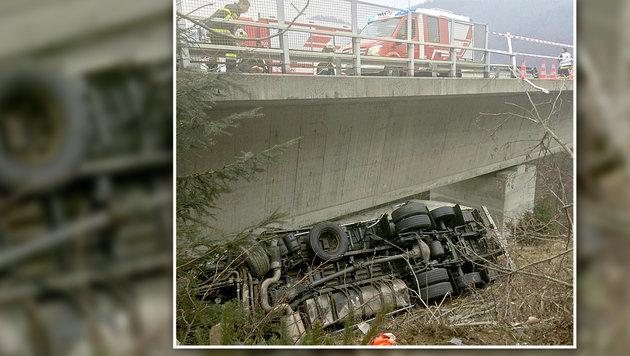 Lenker überlebt 20-Meter-Absturz mit Lkw (Bild: APA/GERT EGGENBERGER)