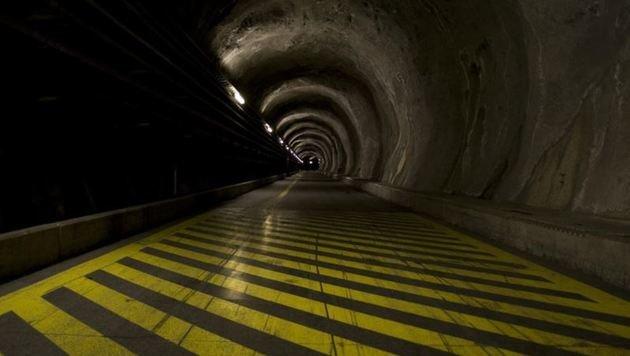 """Hier wird""""s entschieden heller: Der kilometerlange Zugangstunnel. (Bild: BH/Micheal Miller)"""
