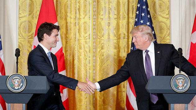Trump und Trudeau reichen einander demonstrativ die Hände. (Bild: ASSOCIATED PRESS)
