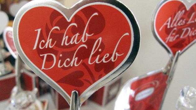 Bloß nicht vergessen:  Es ist Valentinstag! (Bild: APA/dpa/Ina Fassbender)