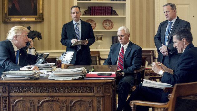 Michael Flynn (re. sitzend) war einer der engsten Vertrauten von US-Präsident Donald Trump. (Bild: The Associated Press)