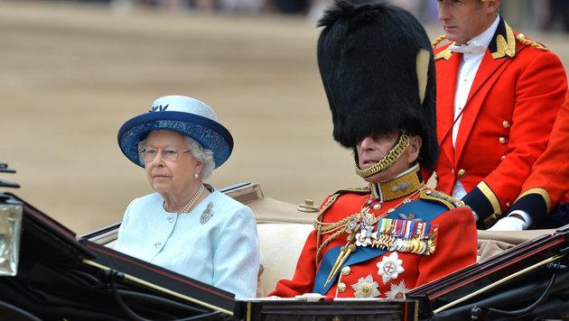 Queen Elizabeth und Prinz Philip mit Bärenfellmütze (Bild: Viennareport)