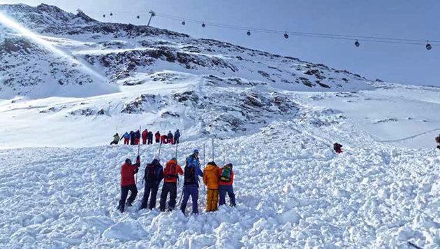 Der Suchtrupp beim Sondieren im Skigebiet Obergurgl (Bild: Harald Riedl/LK TIROL)