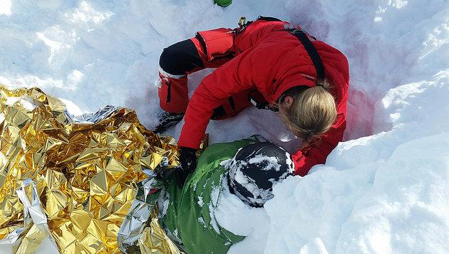 Der Verunglückte wurde in eine Wärmedecke gewickelt und per Heli ins Spital geflogen. (Bild: Harald Riedl/LK TIROL)