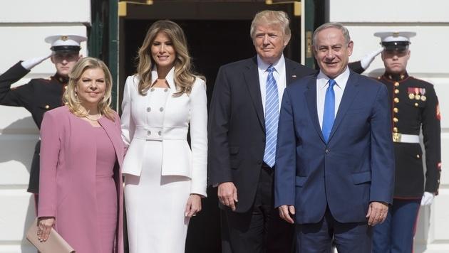 Donald Trump und Benjamin Netanyahu mit ihren Ehefrauen Melania und Sara (Bild: AFP)