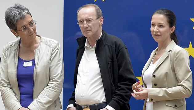 Barbara Kappel (im Bild rechts) neben Ulrike Lunacek und Othmar Karas (Bild: APA/Herbert Neubauer)