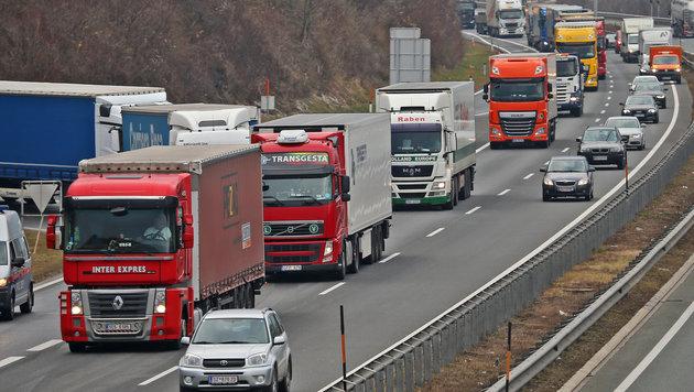 Ab 2018 sollen bis zu 200.000 Lkw weniger durch Tirol rollen. (Bild: Christof Birbaumer/Kronenzeitung)