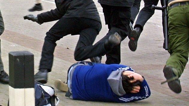 Polizei-Großeinsatz bei wilder Massenrauferei (Bild: dpa (Symbolbild))