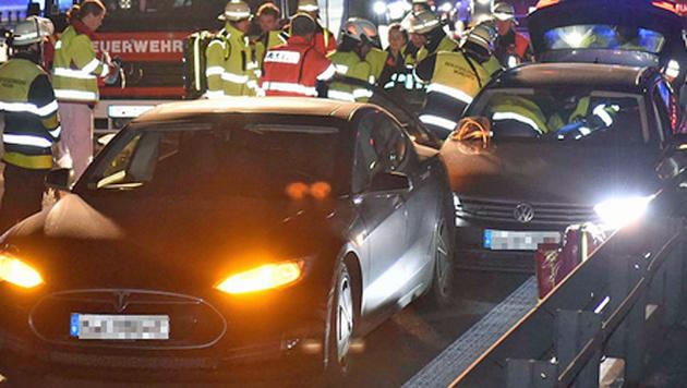 Tesla-Fahrer opfert sein Auto, um Leben zu retten (Bild: Feuerwehr München)