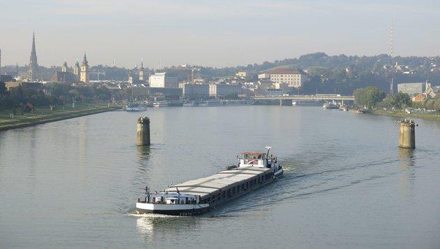 Nur die Pfeiler der alten Eisenbahnbrücke stehen derzeit... (Bild: Werner Pöchinger)