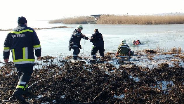 Einsatzkräfte bei der Rettung der beiden Eisläufer (Bild: APA/LPD BURGENLAND)