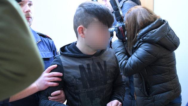 Der 16-jährige Tschetschene auf dem Weg in den Gerichtssaal (Bild: APA/ROLAND SCHLAGER)