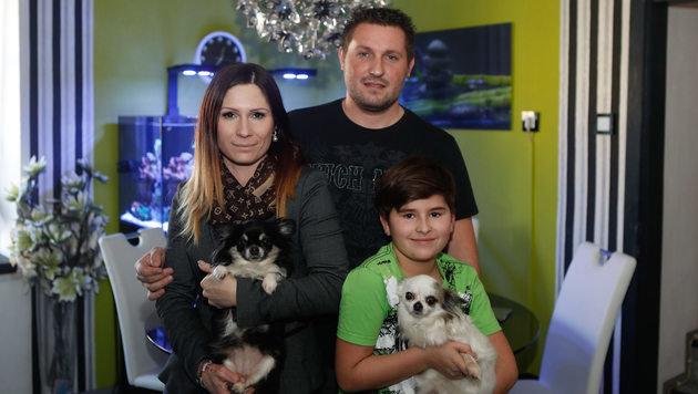"""Katharina Aglas mit """"Chloe"""", Ehemann Michael und Sohn Anton mit """"Lady"""" (Bild: Daniel Scharinger)"""