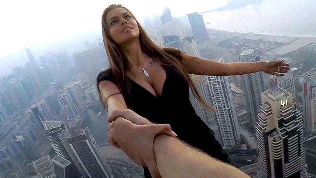 Festhalten! Model riskiert Leben für Fotoshooting (Bild: instagram.com)