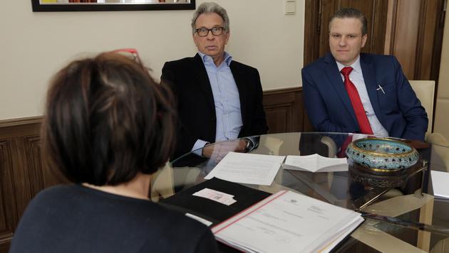 Die Justizbeamtin (50) mit den Juristen Rifaat und Arbacher-Stöger (Bild: Klemens Groh)