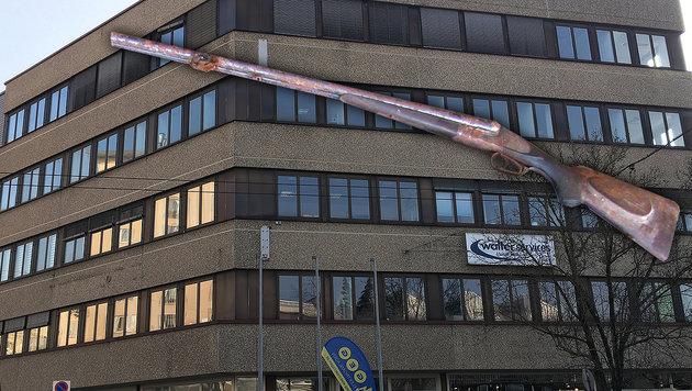 Linz: Schüsse auf Fremdenamt geben Rätsel auf (Bild: Christoph Gantner, Polizei.gv.at)