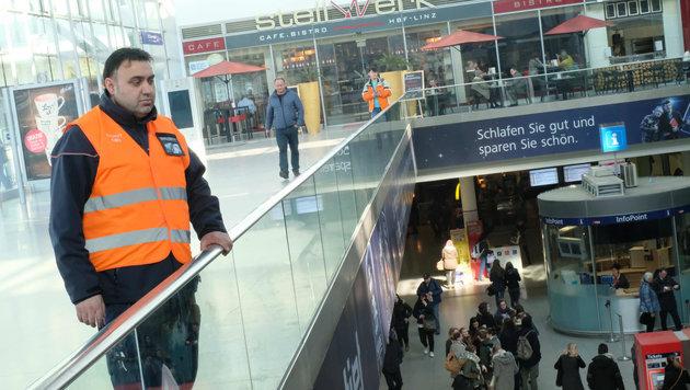 Auch Security wacht am Linzer Hauptbahnhof (Bild: Horst Einšder)