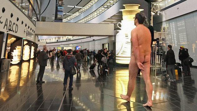 Nackter Mann sorgt am Flughafen für Wirbel (Bild: facebook.com/DJ Mosaken, Peter Tomschi, krone.at-Grafik)