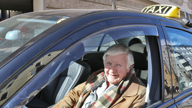 Viele ältere Taxifahrer oder sogar Pensionisten sitzen am Steuer, Nachwuchs fehlt oft. (Bild: Christof Birbaumer)