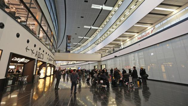Nackter Mann sorgt am Flughafen für Wirbel (Bild: Peter Tomschi)
