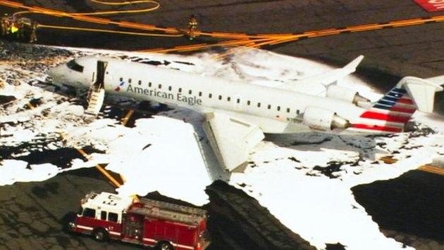 Die beschädigte Maschine wurde nach der Notlandung mit Löschschaum gesichert. (Bild: Twitter.com)