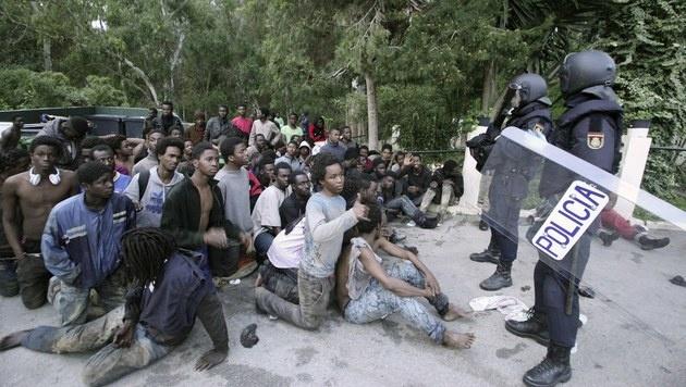 500 Migranten stürmen spanische Exklave Ceuta (Bild: EPA)