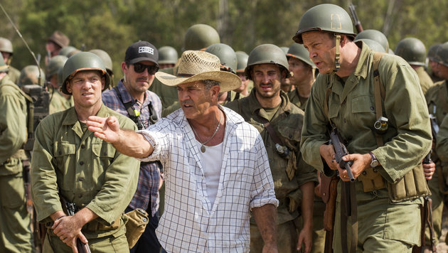 """Regisseur Mel Gibson bein den Dreharbeiten zu """"Hacksaw Ridge"""" (Bild: AP)"""