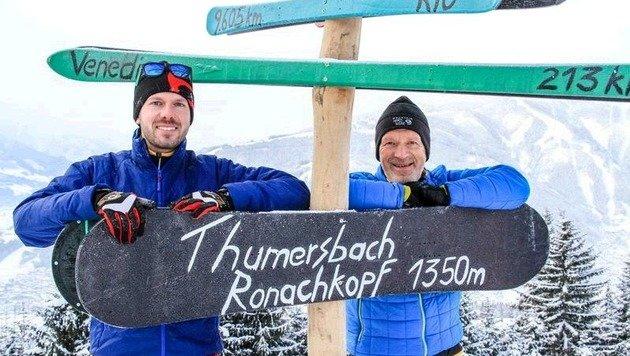 """Dürlinger und Wittner beim ungewöhnlichen """"Gipfelkreuz"""". Sie haben mit ihrem Skitourenberg viel vor. (Bild: Melanie Hutter)"""