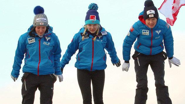 Jacqueline Seifriedsberger, Chiara Hölzl und Daniela Iraschko-Stolz (Bild: APA/ÖSV/KOTLABA)