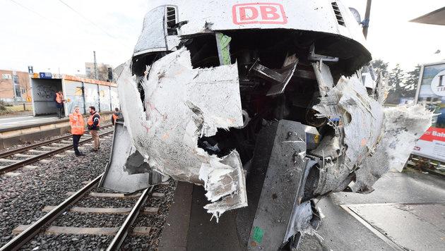 Leerer ICE in Frankfurter Bahnhof entgleist (Bild: APA/dpa/Arne Dedert)