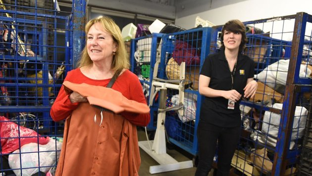 Frau entsorgt Hemd mit 8000 Dollar Bargeld darin (Bild: Nick Agro, Orange County Register)