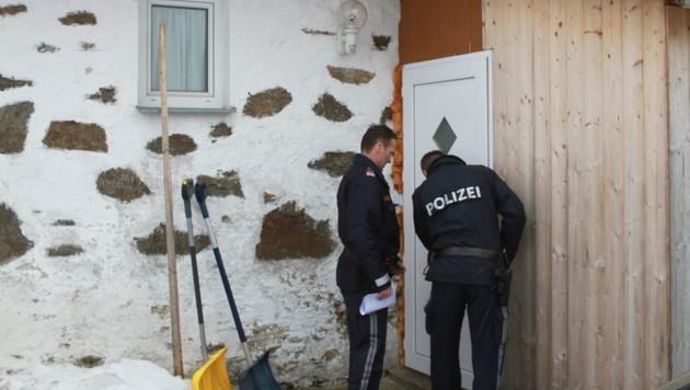 Polizisten am Tatort in OÖ (Bild: Christoph Gantner)
