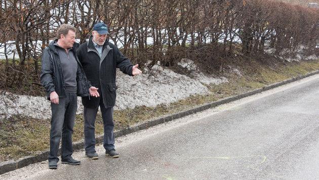 Franz E. mit Gerhard F. (r.) am Unfallort, wo Paul S. (61) starb (Bild: Jack Haijes)