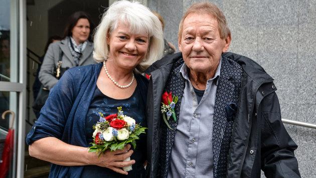 Vor einem Jahr verlobt, seit einem Tag verheiratet: Wolfgang Ambros und seine Ehefrau Uta (Bild: Hubert Berger/www.hubertberger.com)