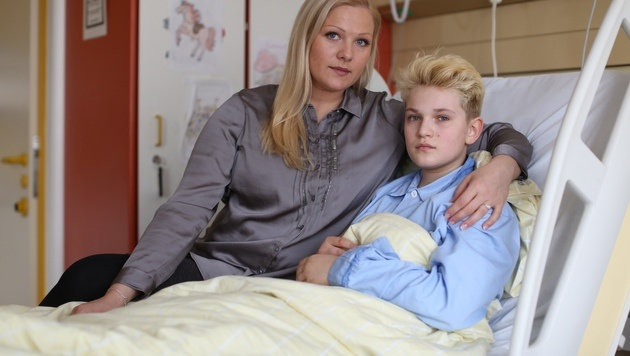 Mutter Natalia K. am Krankenbett von Sohn William (11) (Bild: Gerhard Bartel)