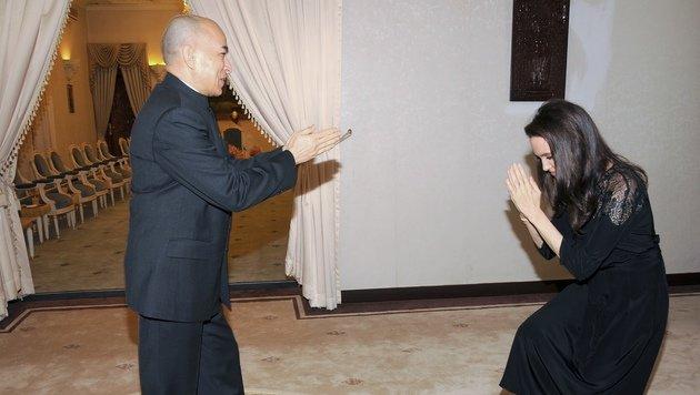 Angelina Jolie zollt dem kambodschanischen König Norodom Sihamoni Respekt. (Bild: AFP)