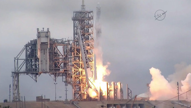 Die Falcon-9-Trägerrakete hob am Sonntag um 9.38 Uhr in Cape Canaveral in Florida ab. (Bild: AFP)