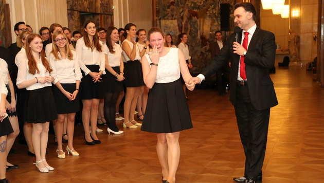Alles Gute zum Geburtstag! Roman Svabek und Debütanten singen für Philippa. (Bild: Starpix/ Alexander TUMA)